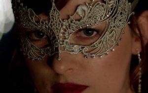 """Anastasia se prepara para baile de máscaras em teaser de """"Cinquenta Tons Mais Escuros"""""""