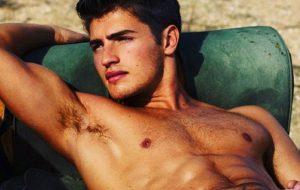 20 fotos sem camisa do (agora solteiro) Gregg Sulkin