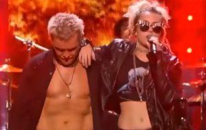 "Miley Cyrus toda rockeira cantando ""Rebel Yell"" com o Billy Idol"