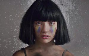 """Sia chama a Maddie Ziegler para lutar por liberdade no clipe da nova """"The Greatest"""""""