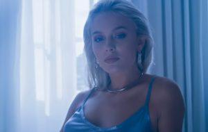 """Zara Larsson chegou para seduzir no clipe """"Ain't My Fault"""""""