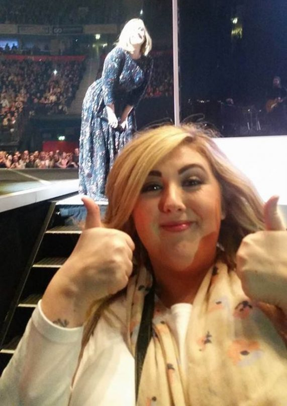 adele-photobombs-fan