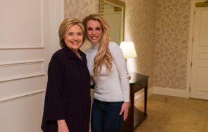 """Hillary Clinton escolhe 2º single do """"Glory"""" em montagem de debate presidencial!"""