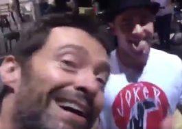 Hugh Jackman cantando parabéns pro Zac Efron é o vídeo mais fofo do dia!