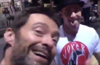Hugh Jackman cantando pro Zac Efron