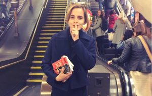Emma Watson divulga literatura feminina escondendo livros no metrô de Londres <3