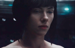 "Diretor de ""Ghost in the Shell"" defende Scarlett Johansson e mostra cena do filme em Tóquio"