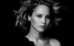 Jennifer Lawrence conta que fica assustada ao ser abordada por fãs