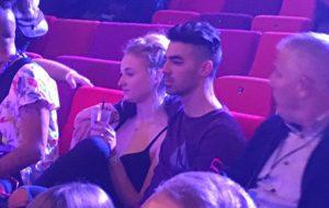 Joe Jonas e Sophie Turner estavam se pegando no pré-show do EMA!