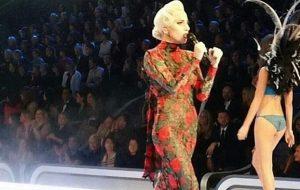 Já estão rolando vídeos da Gaga no Victoria's Secret Fashion Show; vem ver!