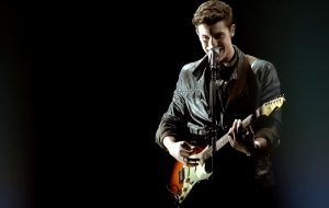 Shawn Mendes encanta na guitarra e no piano no American Music Awards 2016