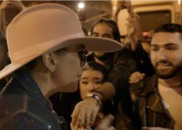 Lady Gaga faz declaração de amor aos fãs em comercial do Super Bowl 2017