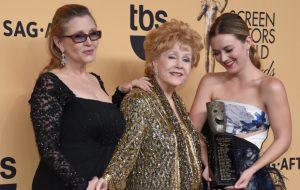 """Elenco de """"Scream Queens"""" demonstra apoio à Billie Lourd, filha de Carrie Fisher e neta de Debbie Reynolds"""