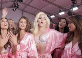 """Lady Gaga e modelos da Victoria's Secret cantam """"Millions Reasons"""" nos bastidores do desfile"""