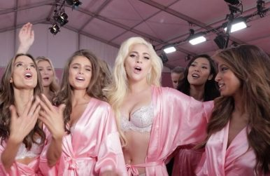 Gaga e modelos cantando no VSFW <3