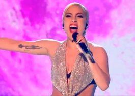 """Lady Gaga canta """"Million Reasons"""" sob luz da Lua em apresentação linda no X-Factor UK"""