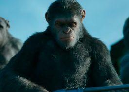 """Macacos e humanos estão numa treta beeeem feia nesse trailer do novo """"Planeta dos Macacos""""…"""