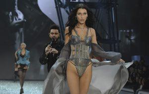 O The Weeknd ficou vidrado na ex (?) Bella Hadid na passarela da Victoria's Secret e não conseguimos parar de ver