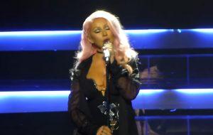 """Christina Aguilera canta """"Genie in a Bottle"""", """"Dirrty"""", """"Fighter"""" e outros hits em premiação russa"""