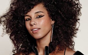 """Alicia Keys: """"Uma mulher deve fazer o que quiser em relação ao seu rosto, corpo e saúde!"""""""