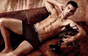 Joe Jonas tá gostosíssimo e mor-ren-do de calor nessa campanha de cueca