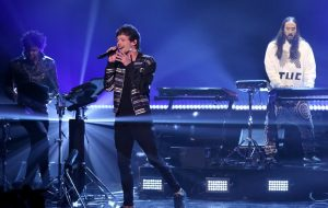"Louis Tomlinson arrasa cantando ""Just Hold On"" no Jimmy Fallon"