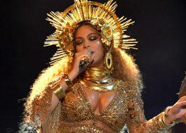 """Beyoncé, linda e grávida, canta músicas do """"Lemonade"""" com cenário grandioso"""