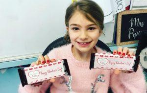 Quase recuperada, Maddie distribui chocolates aos colegas de escola no Valentine's Day