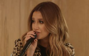 "Ashley Tisdale faz cover lindo de ""Toxic"", da Britney Spears"