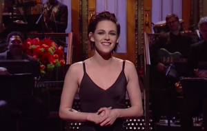 "No ""SNL"", Kristen Stewart tira sarro das postagens de Donald Trump sobre ela"
