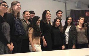 """Angelina Jolie faz sua """"pré-estreia"""" como professora em universidade de Londres"""