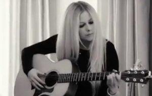"""Avril Lavigne descreve novo álbum como """"inesperado"""" e """"verdadeira jornada emocional"""""""