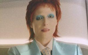"""Gillian Anderson é David Bowie em imagem de """"American Gods""""!"""