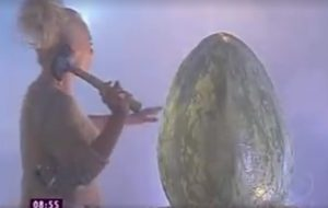 Você precisa ver esse vídeo que mostra o nascimento do Louro José! hahahaha