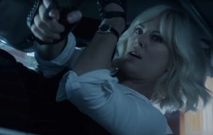 """Poderosíssima, Charlize Theron arrasa na ação em novo trailer de """"Atômica"""""""