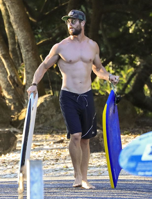chris hemsworth shirtless beach 3
