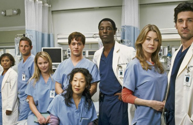 """101962_R003_0031 -- GREY'S ANATOMY - """"Grey's Anatomy"""" focuses on young people struggling to be doctors and doctors struggling to stay human. It's the drama and intensity of medical training mixed with the funny, sexy, painful lives of interns who are about to discover that neither medicine nor relationships can be defined in black and white. Real life only comes in shades of grey. (ABC/FRANK OCKENFELS) JAMES PICKENS, JR. AS """"RICHARD WEBBER"""", CHANDRA WILSON AS """"MIRANDA BAILEY"""", JUSTIN CHAMBERS AS """"ALEX KAREV"""", KATHERINE HEIGL AS """"ISOBEL 'IZZIE' STEVENS"""", T.R. KNIGHT AS """"GEORGE O' MALLEY"""", SANDRA OH AS """"CRISTINA YANG"""", ISAIAH WASHINGTON AS """"PRESTON BURKE"""", ELLEN POMPEO AS """"MEREDITH GREY"""", PATRICK DEMPSEY AS """"DEREK SHEPHERD"""" The Anatomists (from left): James Pickens Jr., Chandra Wilson, Justin Chambers, Katherine Heigl, T.R. Knight (rear), Sandra Oh, Isaiah Washington, Ellen Pompeo and Patrick Dempsey. Last Sunday night, after the Super Bowl broadcast, about 45 million people stayed tuned to spend time in the hospital with the medical team.    Can be used with Maria Kubacki (Canwest News Service). CNS-TV-MOVIES"""