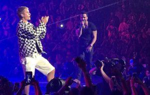 """Justin Bieber e Luis Fonsi cantam """"Despacito"""" juntos em show da Purpose Tour"""