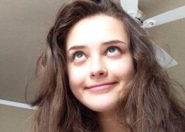 "Internet enaltece Kat Langford, a Hannah Baker de ""13 Reasons Why"", que faz 21 anos hoje!"