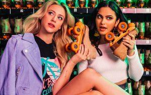 """Lili Reinhart e Camila Mendes de """"Riverdale"""" falam sobre fama e depressão na Cosmopolitan"""