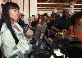E a Rihanna, que virou caixa de loja de roupas pra divulgar sua nova coleção da Puma?