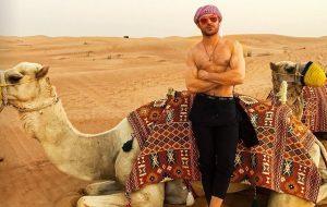 Zac Efron tirou a camisa até para montar num camelo em Dubai…rs!