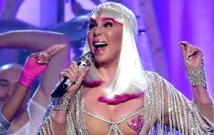 """Ícone da noite, Cher canta """"Believe"""", """"If I Could Turn Back Time"""" e nos lembra quem é a dona do pop"""