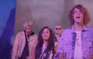 """Demi Lovato tá toda rolezeira e de dreads no clipe de """"No Promises"""", parceria com Cheat Codes"""