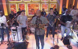 """Molejo canta """"Despacito"""" e ainda coloca a Fátima pra fazer a """"Dança da Vassoura"""" no """"Encontro"""""""