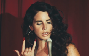 "Revista zoa Lana Del Rey e ela responde: ""Vão se f****"""