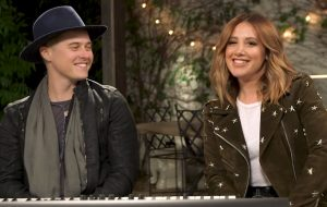 "Ashley Tisdale e Lucas Grabeel cantando música do ""High School Musical"" é pura nostalgia!"