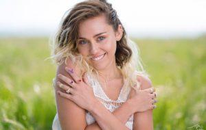 """Miley Cyrus explica porque parou de fumar maconha: """"Só ficava sentada em casa comendo"""""""