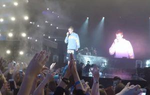 """Justin Bieber se recusa a cantar """"Despacito"""" e fã joga uma garrafa de água nele!"""