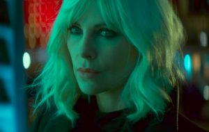 """Ao som de """"Sweet Dreams"""", Charlize Theron arrasa em mais um trailer de """"Atômica"""""""